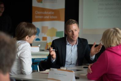 Wie können wir Bildungseinrichtungen bei ihrer demokratiepädagogischen Organisationsentwicklung stärken?